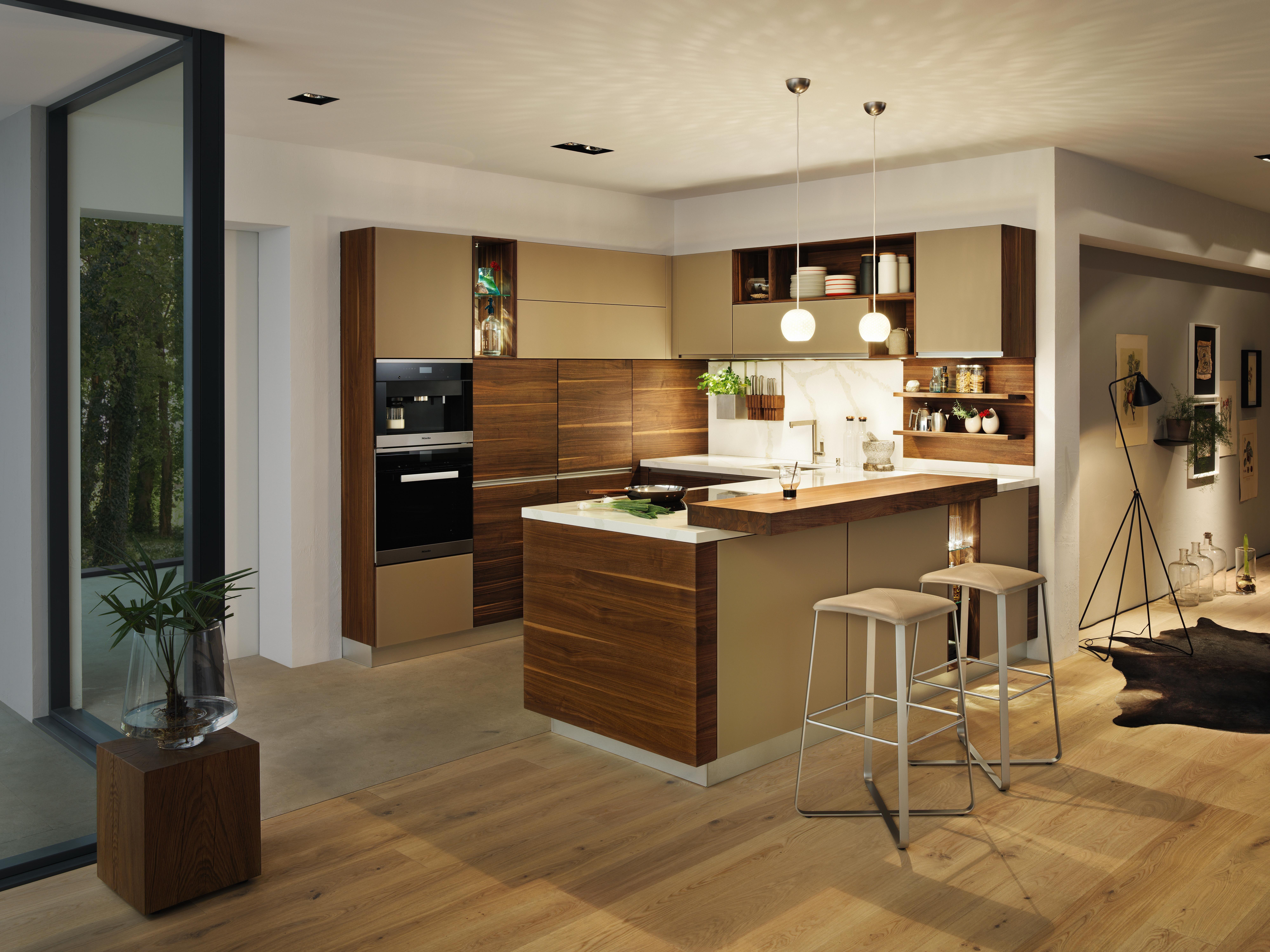 Moderne Küche aus Holz mit Arbeitsplatte und Bar | Holzküchen ...