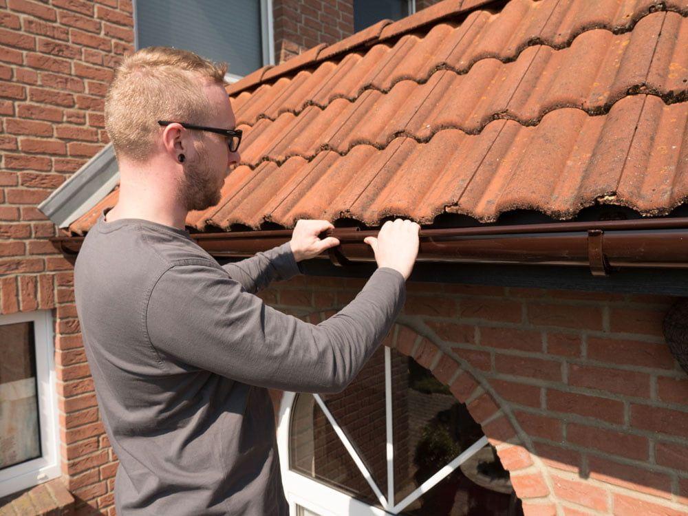 Regenrinne Montieren Dachrinne Aus Kunststoff Nachrusten In 2020 Regenrinne Dachrinne Dach