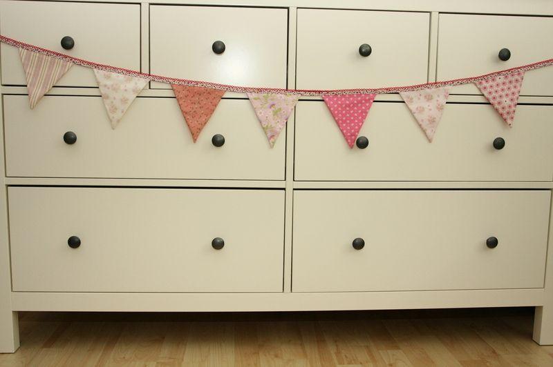 Niedliche Wimpelkette in den Mädchenfarben rosa.  Genau die richtige Dekoration für eine kleine Prinzessin...    An beiden Enden sind Schlaufen eingen