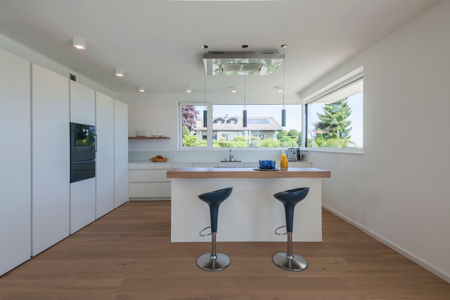 Kuche Von Mfg Gmbh Fronten Hpl Schichtstoff Und Eiche Furniert Arbeitsplatte In Hpl Platte Durchgefarbt Design