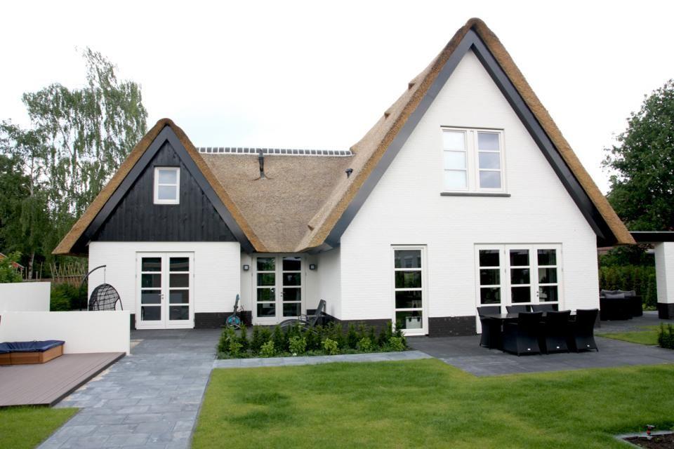 Wit huis let op de mooie kozijnen en deuren huizen pinterest hekwerk tuin en huizen - Exterieur kleur eigentijds huis ...