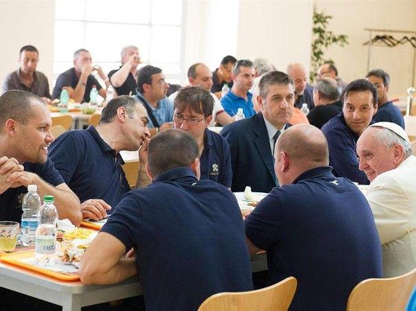 Papa Francisco almoça em bandejão do Vaticano com funcionários. Ele se sentou em mesa coletiva com alguns trabalhadores (Foto: Osservatore Romano Press Office/EFE) - http://epoca.globo.com/tempo/fotos/2014/07/fotos-do-dia-25-de-julho-de-2014.html