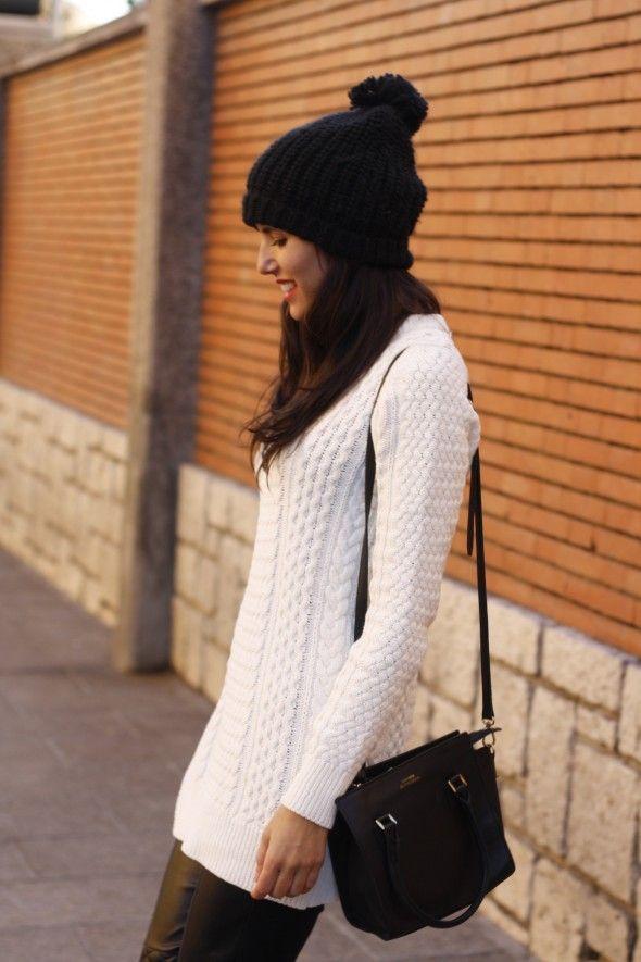 Jersey blanco de punto y gorro de lana negro 0d63e2620c0