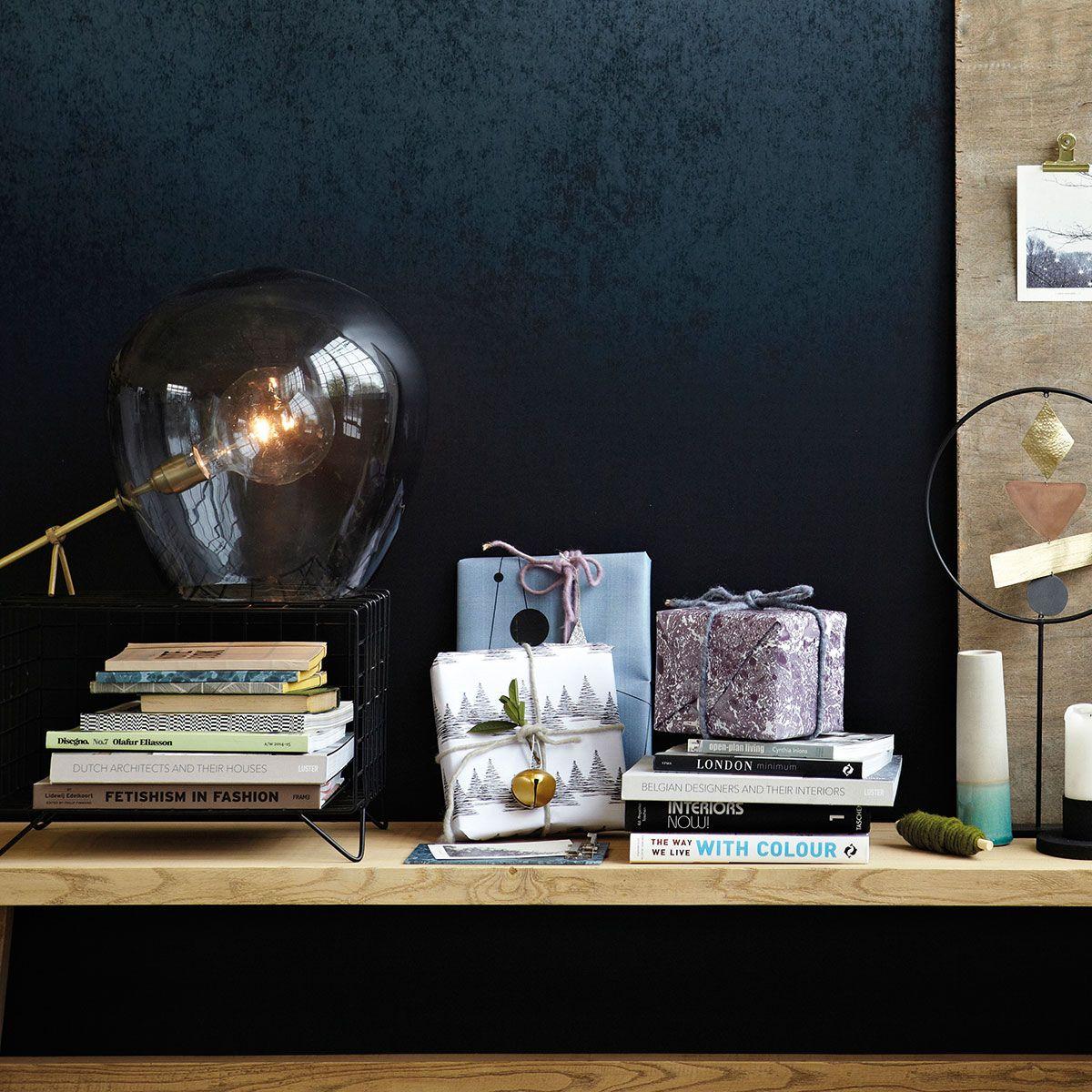 Globe este o lampă pentru persoane cu personalitate puternică și inventive. Acestea îi vor găsi loc pe birou, pe un raft sau pe măsuța de cafea.