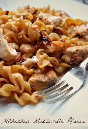 Rezept: Cremige Nudelpfanne mit Huhn, Mozzarella und getrockneten Tomaten #chickenalfredo