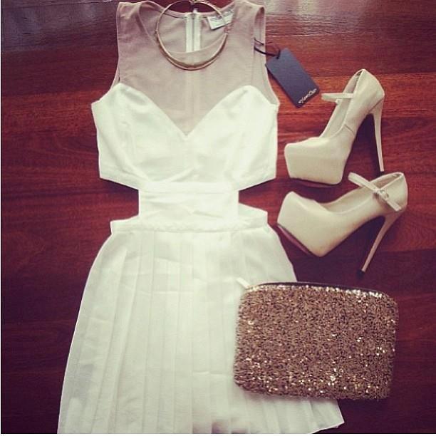 Vestido branco, fenda