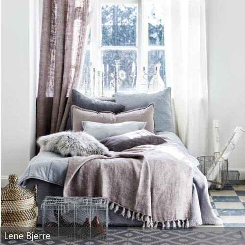 Helle Beeren und Grautöne machen sich gut im Schlafzimmer