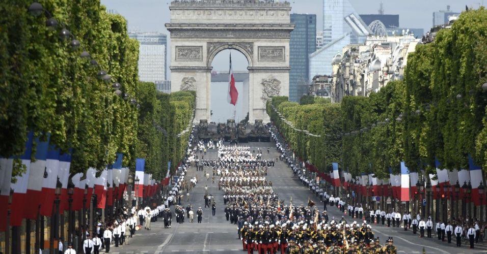 20150714 - Tropas francesas marcham na avenida Champs Élysées durante o desfile anual para comemorar o Dia da Bastilha, em Paris, nesta terça-feira (14). O feriado nacional francês é celebrado em memória ao episódio histórico da tomada da Bastilha, em 1789, quando teve início o caráter popular da Revolução Francesa. PICTURE: Alain Jocard/AFP
