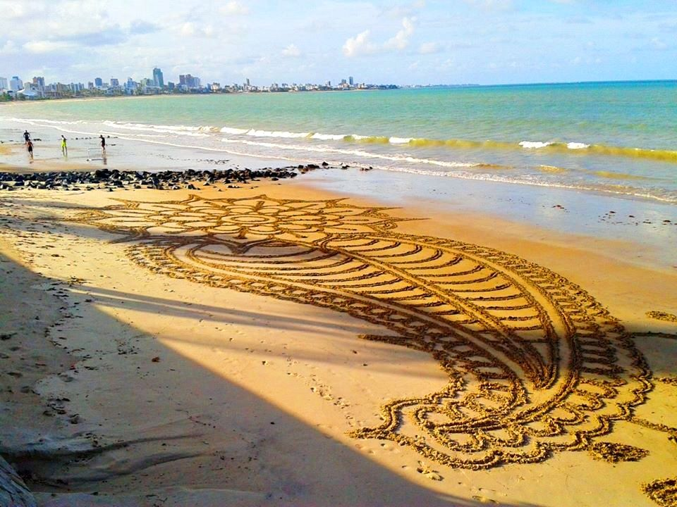 Arte feita nas areias da praia de Manaíra, João Pessoa, Paraíba. Facebook ( neto cicchilli )
