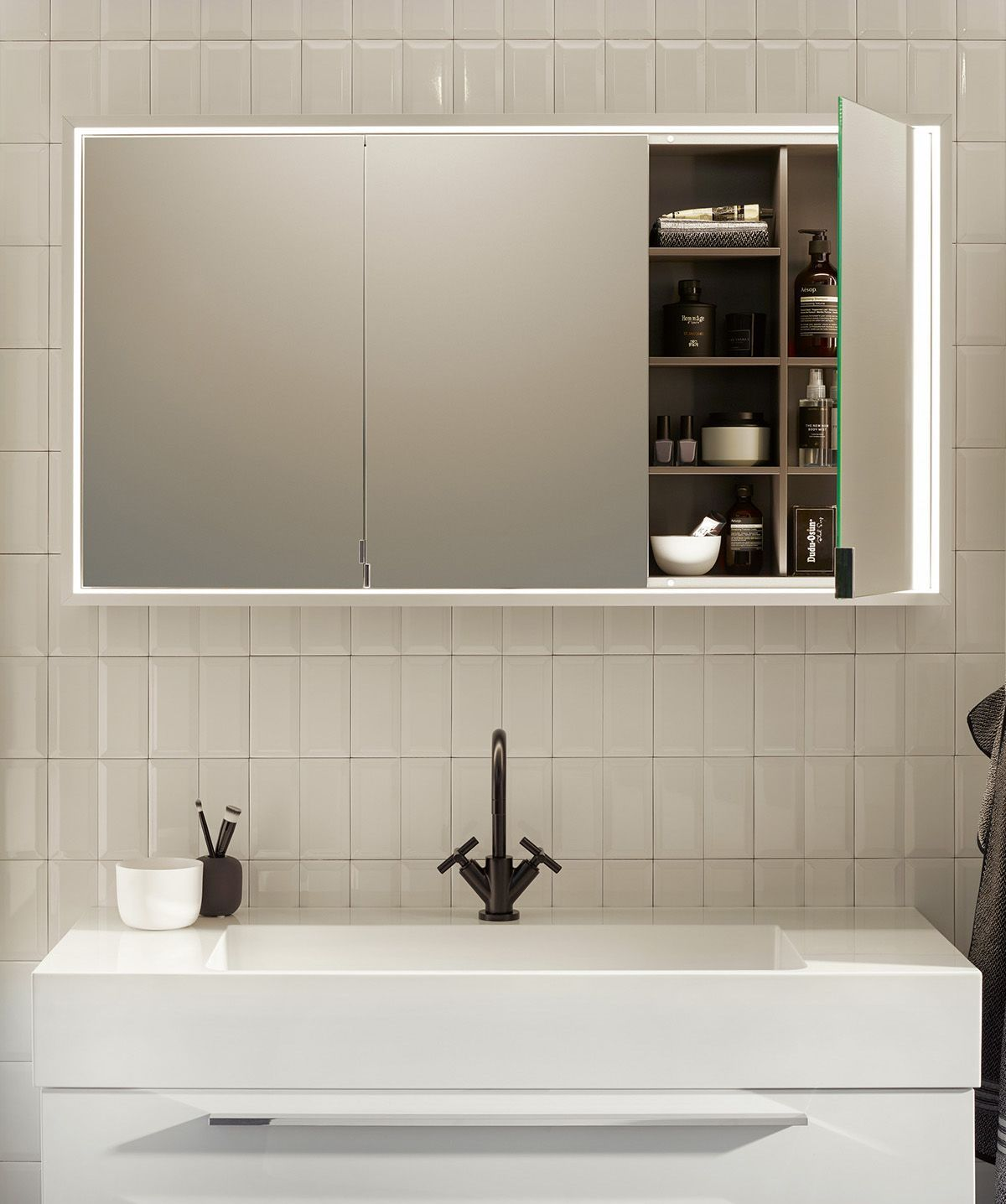 Burgbad Crono Aufputz Und Einbau Spiegelschrank Mit Umlaufendem Led Licht Produktdesign Nexus Produ In 2020 Bathroom Mirror Storage Mirror Cabinets Bathroom Mirror