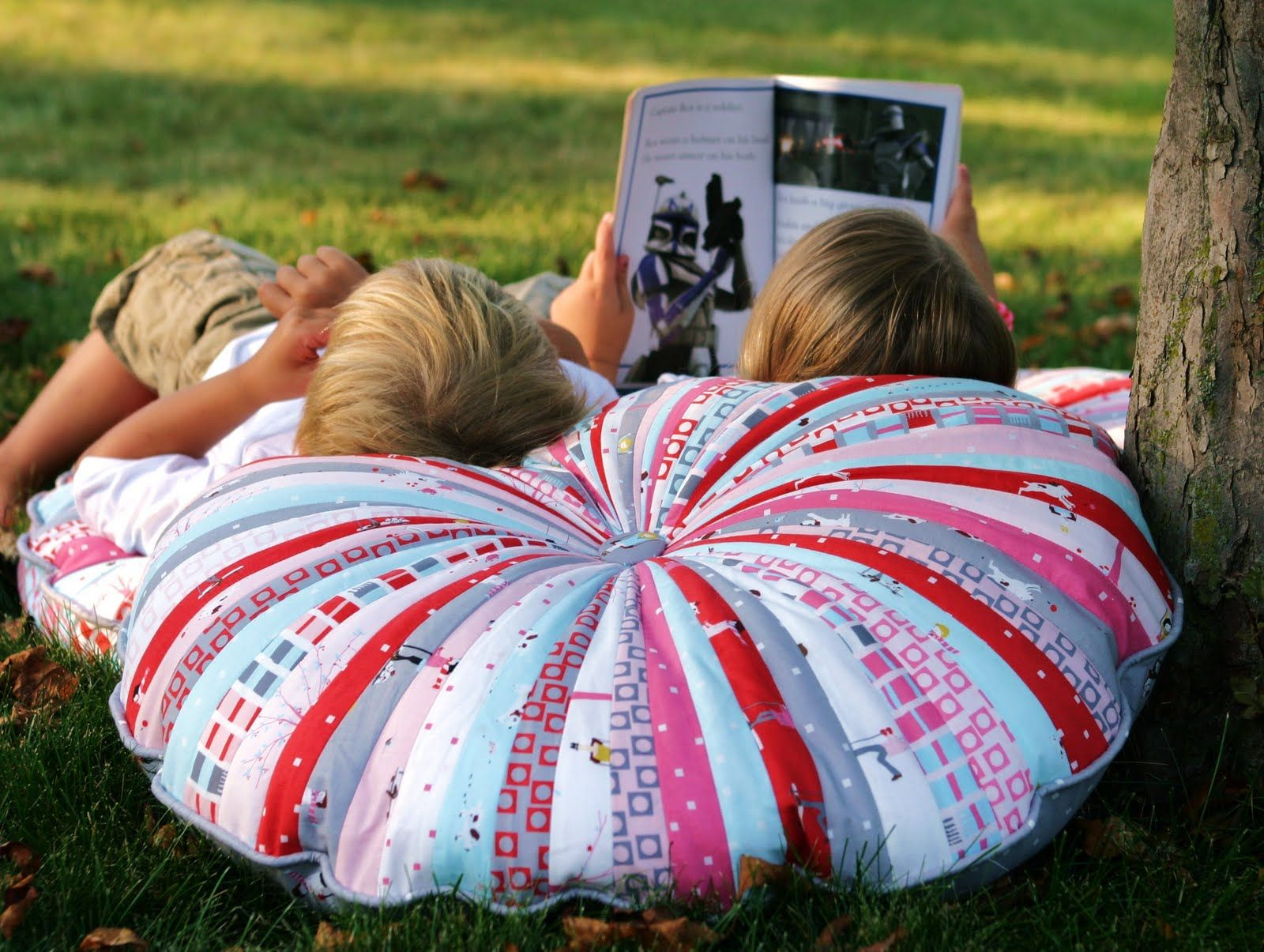 DIY: floor pillows...these are so cool :: huge pillows <3 great way ...