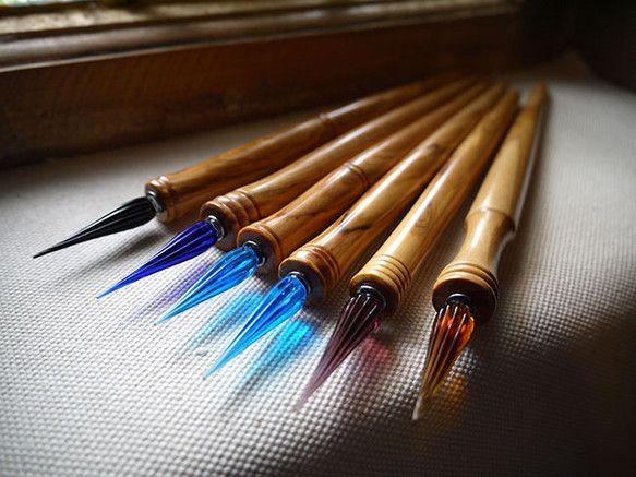 オリーブ、ワイルドオリーブの木を削ってペン軸を製作し、イタリア製のガラスニブを装着させております。ペン軸の塗装には、ガラス塗装を施してありますのでインクなど...|ハンドメイド、手作り、手仕事品の通販・販売・購入ならCreema。