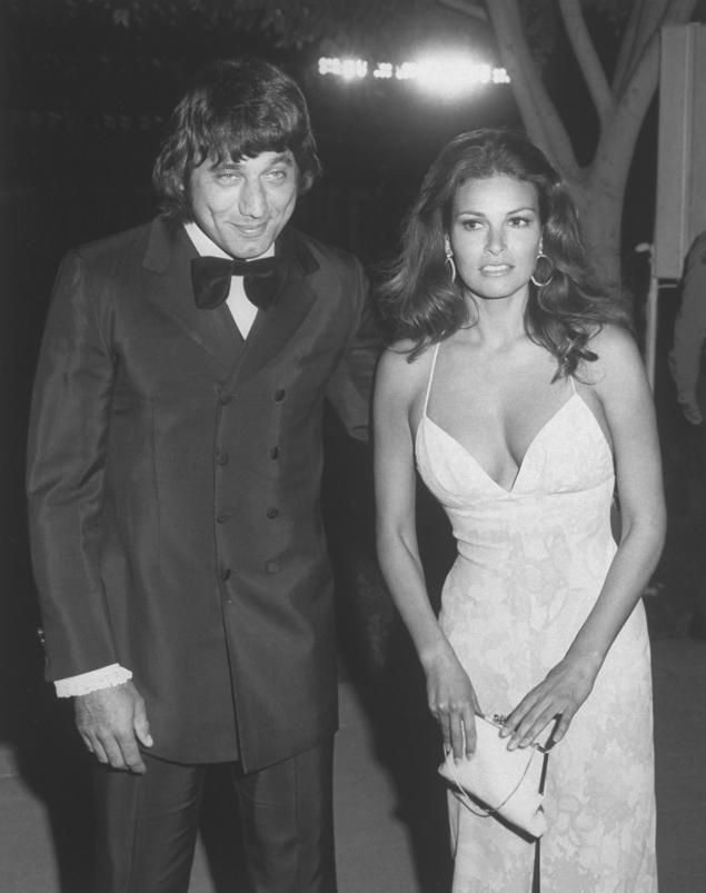 Joe Namath and Raquel Welch at the 1971 Academy Awards. Welch was a regular  as a presenter at the Oscars in the 1970s 5f61851d2