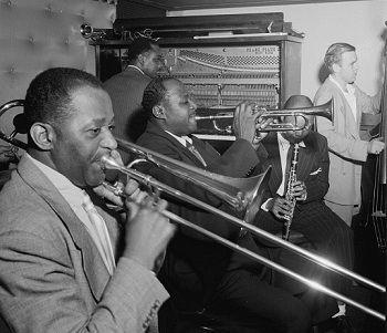 El 11 de enero de 1.900 nació en Indiana, USA, Wilbur de Paris, músico de jazz que tocaba el trombón. Fue un buen solista, al tiempo que un importante director de banda que ayudó a mantener vivo el jazz en Nueva Orleans allá por los 1950.