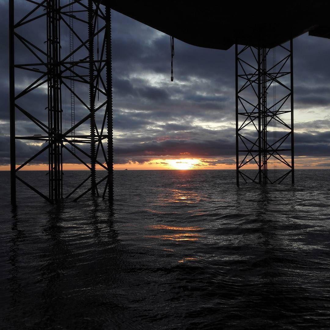 #nofilter #sunset #offshorelife #ensco #scotland #northsea #nature #oilrig #jackup #seekoffshore #islandoffshore #ivoffshore by janhelgegrindhaug