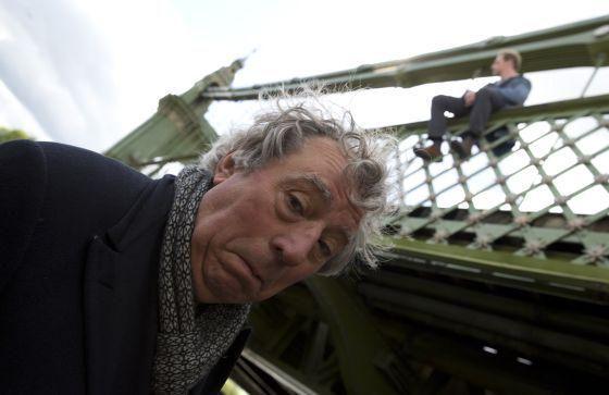 Terry Jones, la despedida de un genio http://cultura.elpais.com/cultura/2015/10/11/actualidad/1444556430_396508.html… Enfermo, el Monty Python estrena 'Absolute anything'