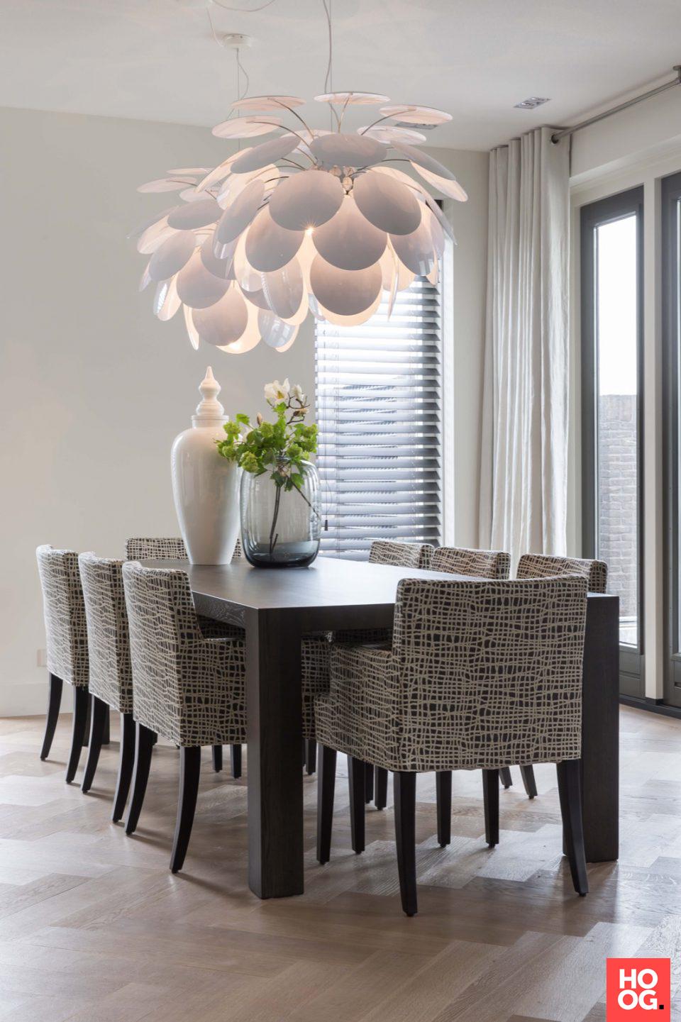 Luxe zitstoelen bij houten eettafel   eetkamer design   dining room ...