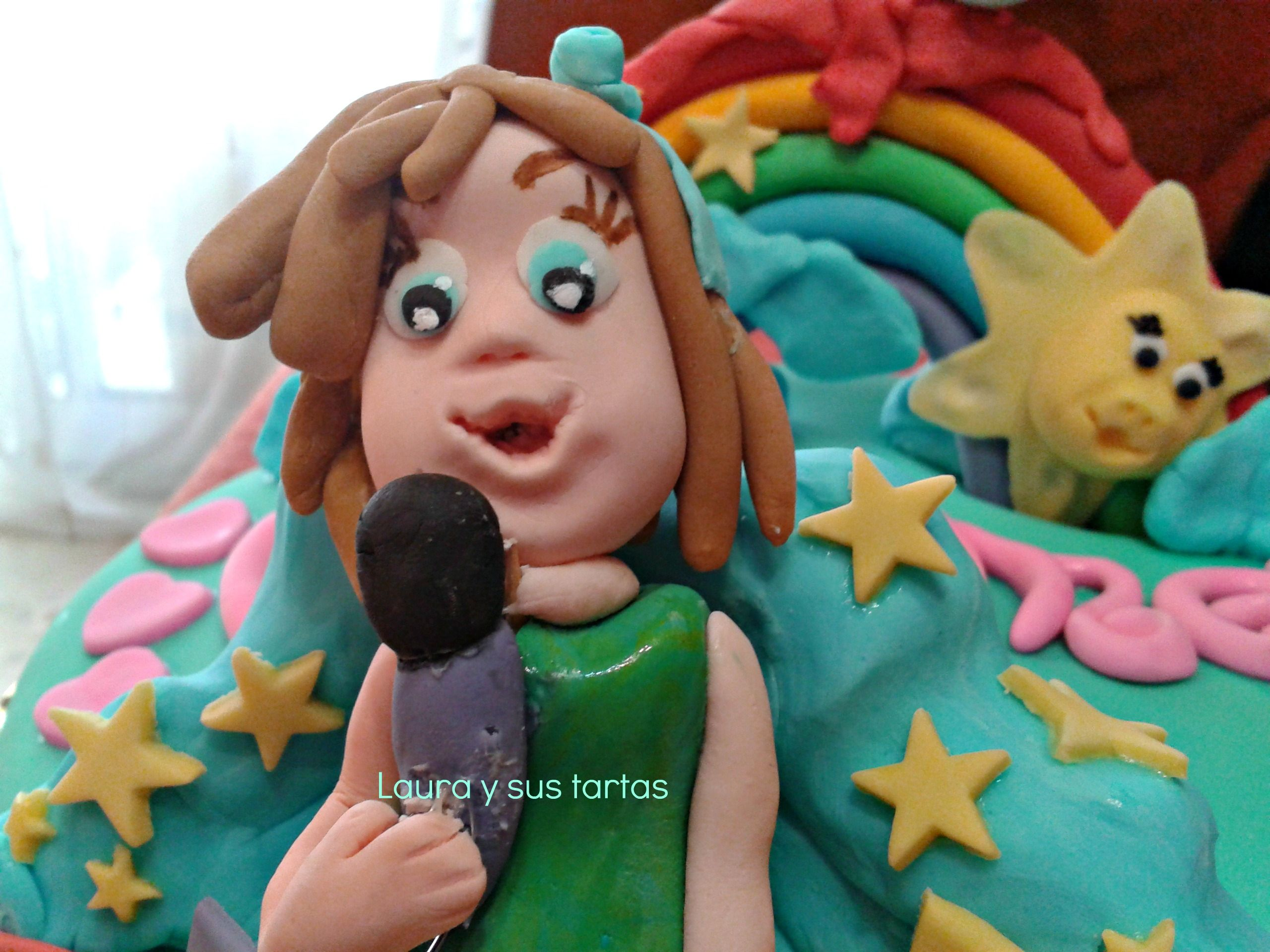 Detalle de la tarta de la niña cantando.