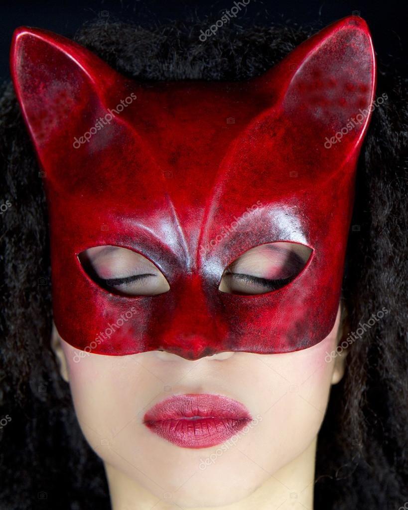 Ritratto di una bella donna che indossa una maschera rossa — Immagini Stock #9863479
