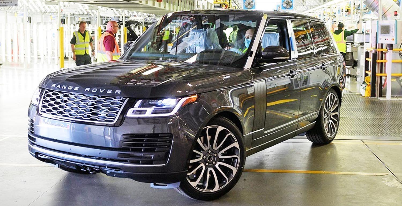خروج أول سيارة رانج روفر مصن عة وفق قواعد التباعد الاجتماعي من المصنع موقع ويلز In 2020 Range Rover Car Suv