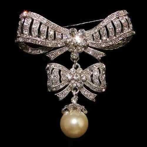 FRANCE_Broche de corsage de Marie-Antoinette d'Autriche / or, brillants, diamants et perle.