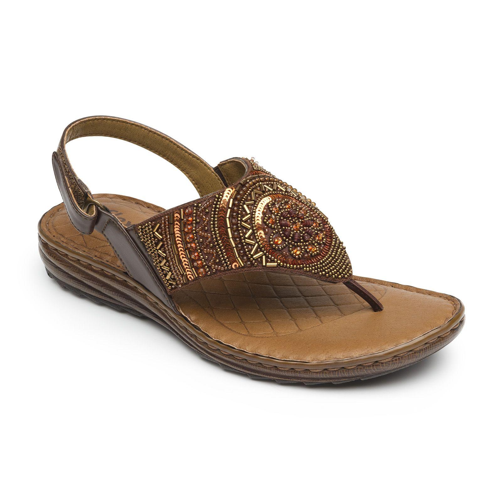 Línea de sandalia casual de piso integrada por tres estilos en piel en  colores básicos.