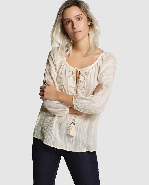 852b04d04 Blusa de mujer Fórmula Joven en color crudo con adorno de borlas ...