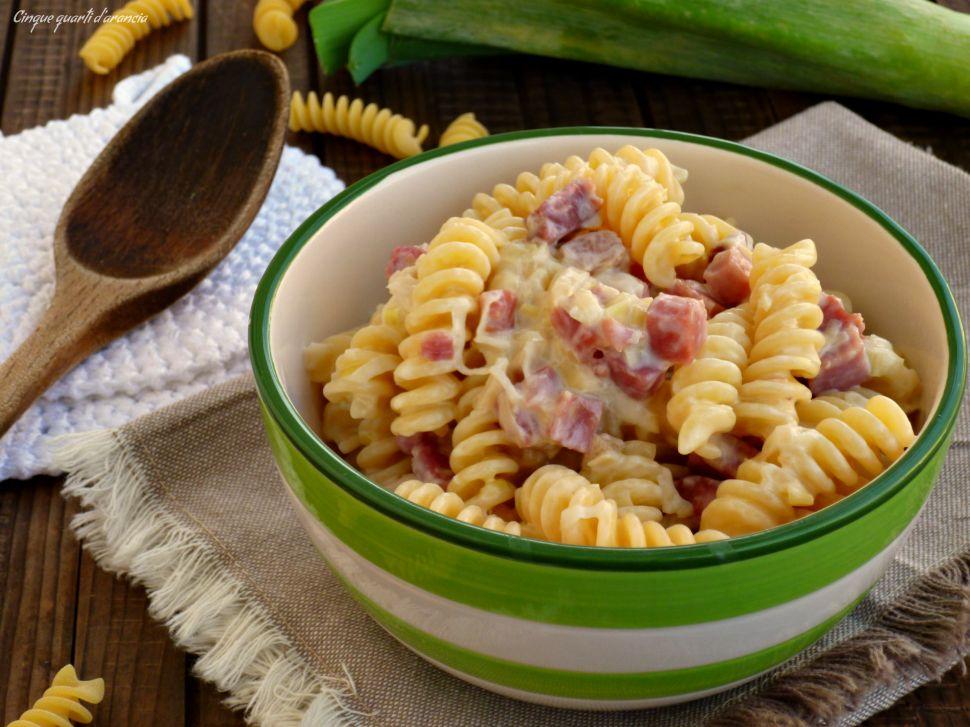 Lapasta porri e speck è un primo piatto saporito e cremoso, che abbina perfettamente la dolcezza dei porri con la nota affumicata dello speck. Un piatto r