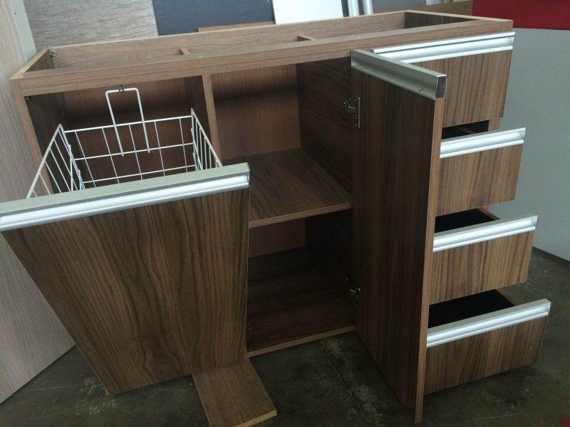 Exemplo gabinete de pia com tulhacesto deslizante para roupas sujas  close -> Moveis Planejados Para Pia De Banheiro