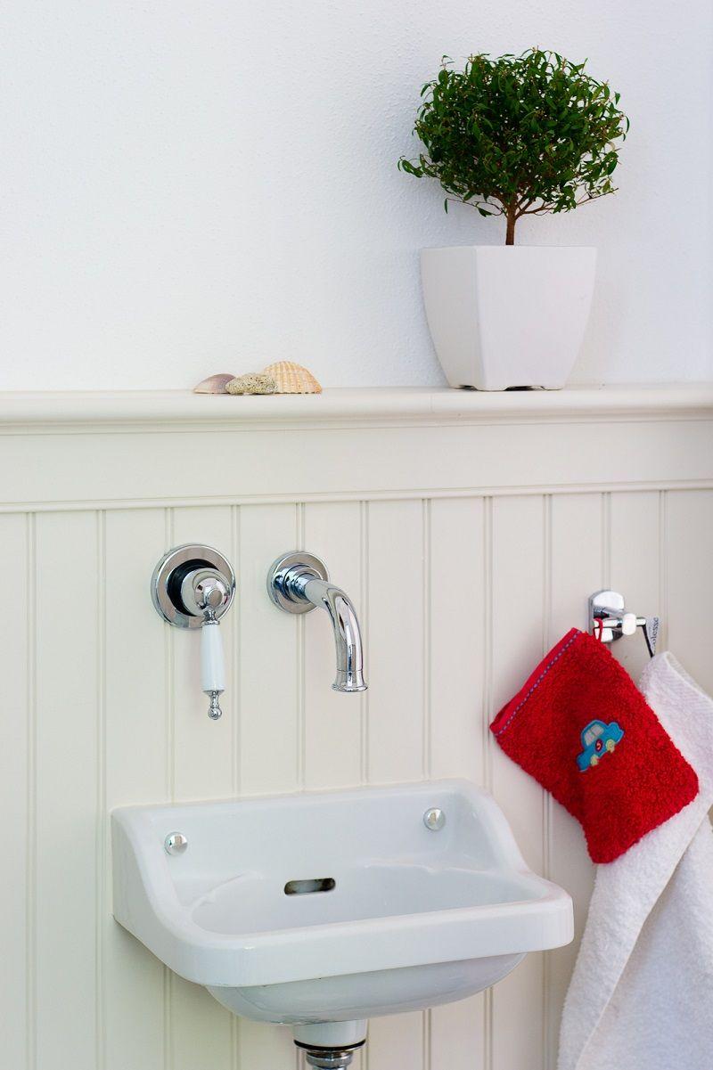 stilvolle Badgestaltung mit Wandpaneelen im Landhausstil