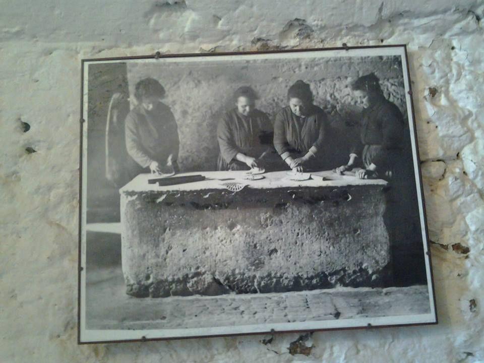 Antico Quartiere Ebraico della #Piccola Gerusalemme!   Un'esperienza indimenticabile vedere come, usando locali già esistenti e scavati nel tufo, gli Ebrei di #Pigliano ricavarono luoghi adeguati per i bisogni della Comunità come il Forno delle Azzime, Il Bagno Rituale, il Macello Kashe, la Tintoria, la Cantina. Il Quartiere Ebraico si sviluppa in prossimità della Sinagoga costruita nel 1598 e dopo la frana nel 1960, ricostruita nel 1995 #ilmiopatrimonio #maremma #tuscany