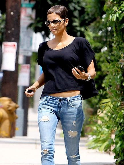It Seems 1 2 Inch Same Length All Over It Gets Personality From Styling All Messy And High Halle Berry Short Hair Halle Berry Style Short Hair Styles