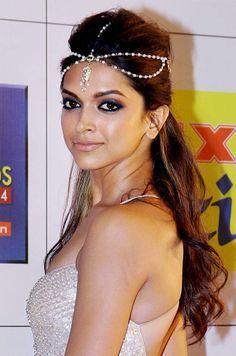 Deepika Padukone Maang Tikka Google Search Indian Bridal Hairstyles Indian Headpiece Indian Wedding Hairstyles