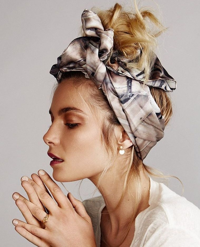 Coiffure avec un headband et foulard en 20+ de looks