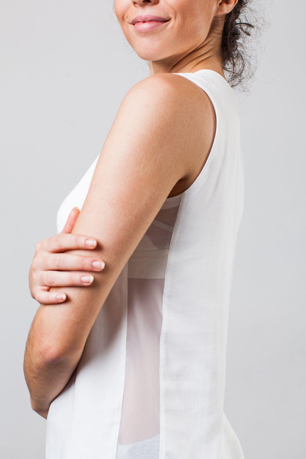 Regata assimétrica com tela lateral que deixa o seu corpo fresquinho enquanto se movimenta.  Características: - Tecido leve - Fácil manutenção - Confortável - Respirabilidade - Toque macio e suave  Composição: 100% VISCOSE, TULE