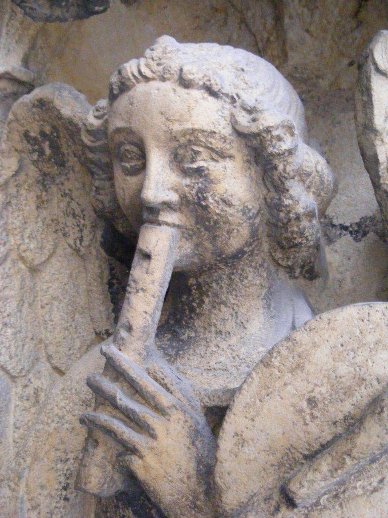 France, Lyon (69). Cathédrale Saint-Jean.  Ange flutiste.