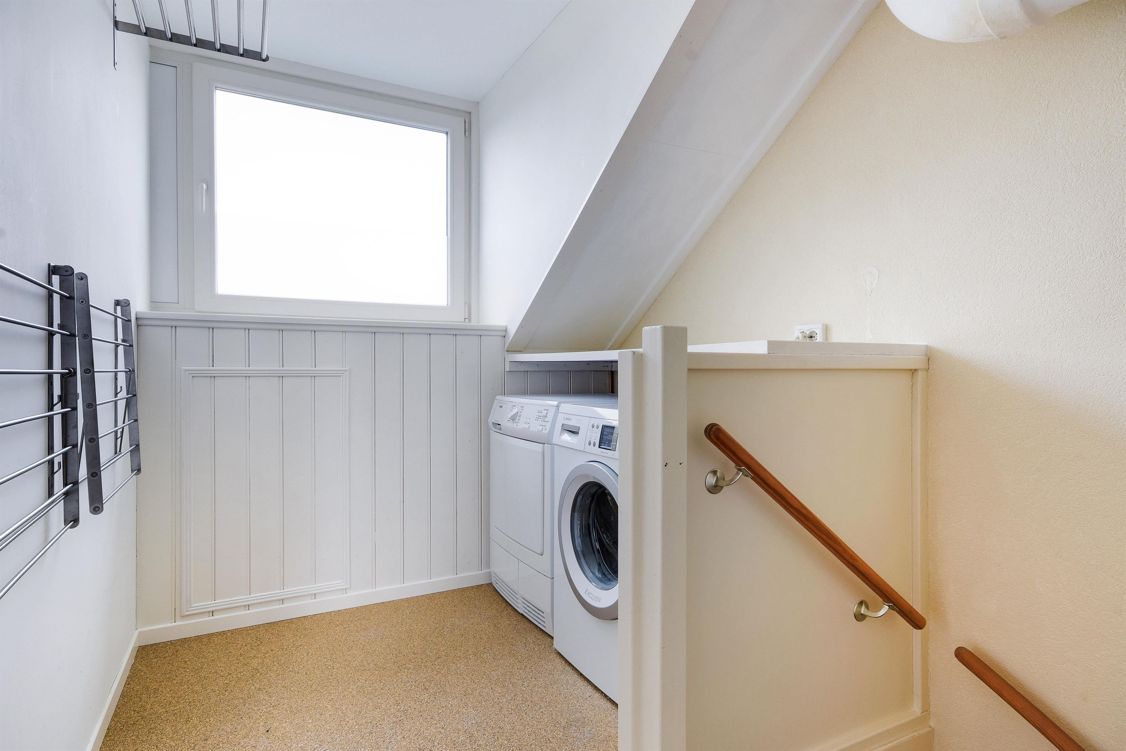 Leuk idee om op zolder je wasmachine en droger netjes weg te