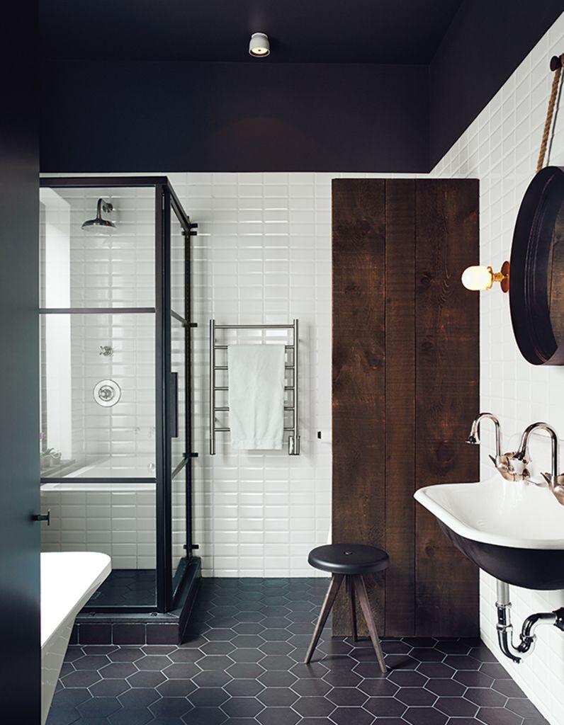 Un plafond noir pour une salle de bains th tralis e un plafond en couleur pour r veiller une for Elle deco salle de bain