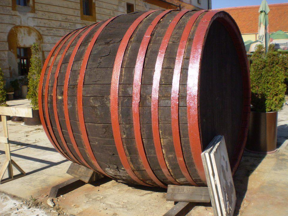 Nezapomeňte si udělat výlet do Valtic, což je město vína. Naleznete zde krásný zámecký sklep plný toho nejlepšího vína, vinné stezky a nespočet vináren a sklípků!