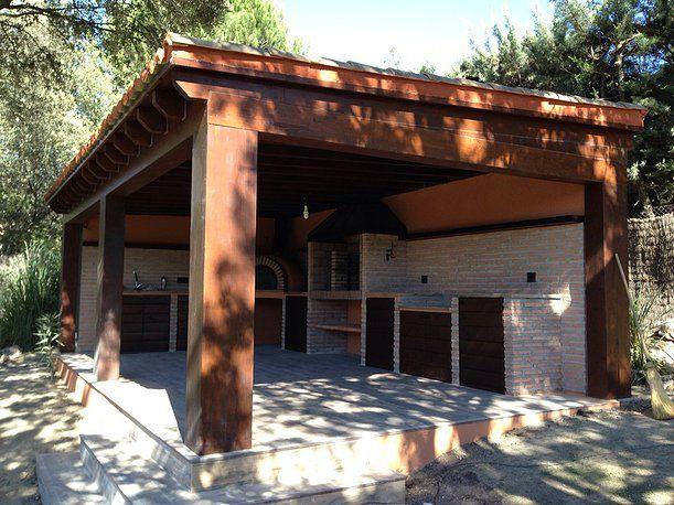 Cocina exterior con vigas de madera y tejado de teja y for Tejados de madera para barbacoas
