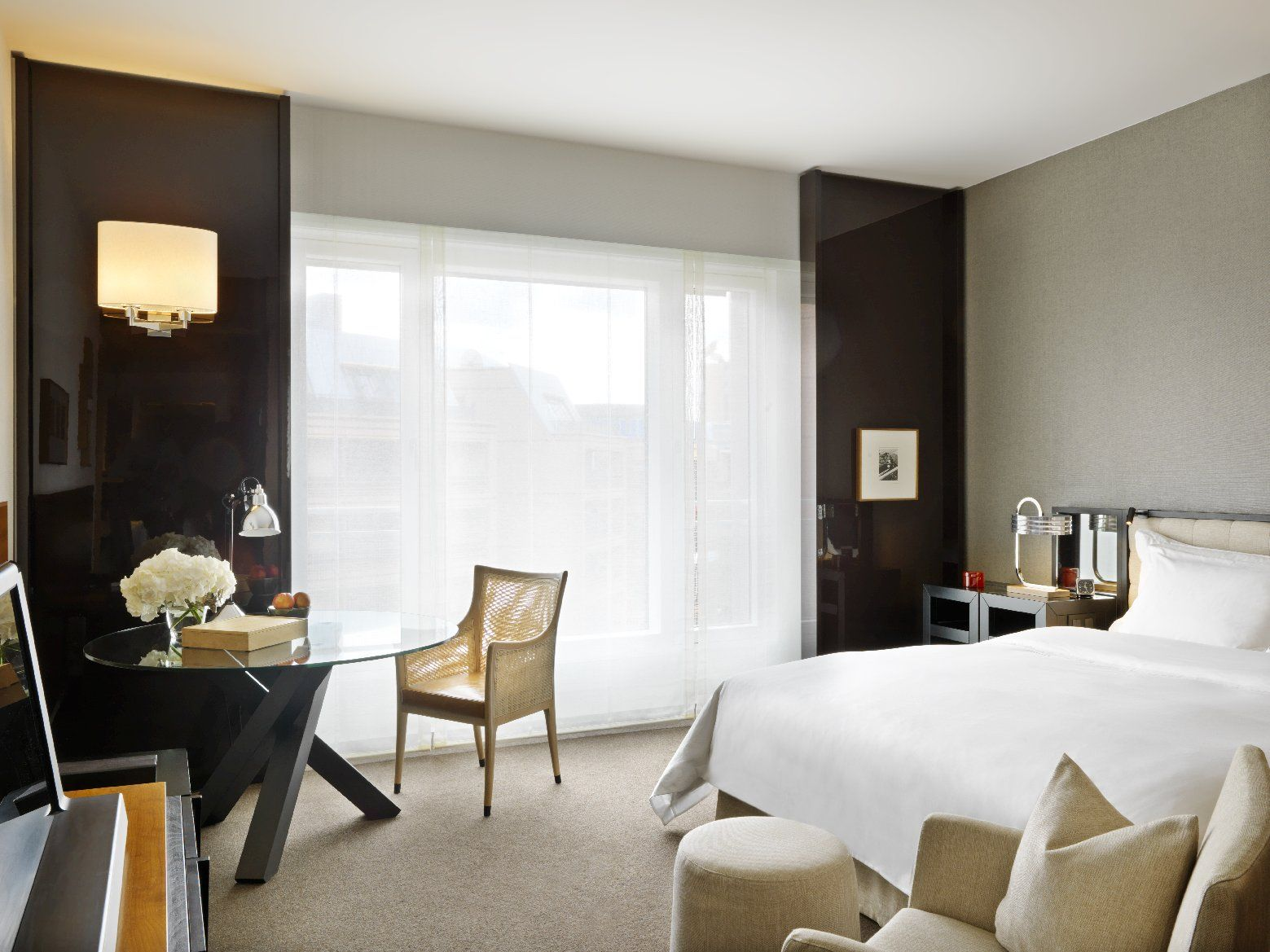 Exclusive comfort awaits you in modern guestrooms, equipped with the latest amenities, impressive marble bathrooms and spacious living and working areas. Grand King room at the Grand Hyatt Berlin.