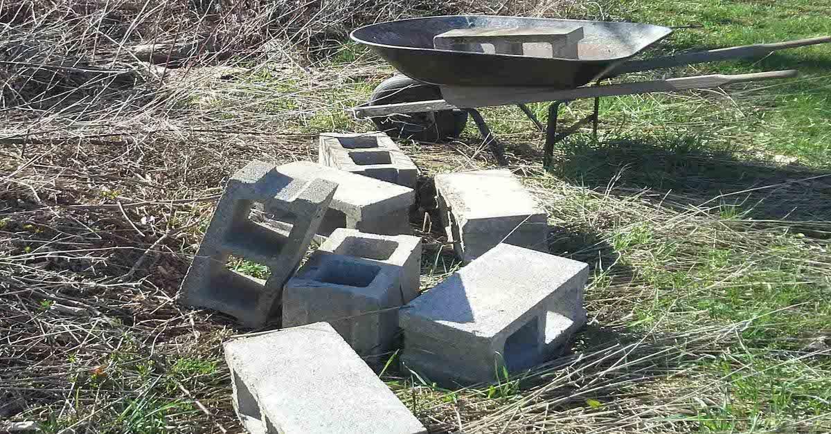 17 Genius Ways To Use Old Cinder Blocks To Transform Your Home And Backyard Cinder Block Backyard Cinder Block Garden