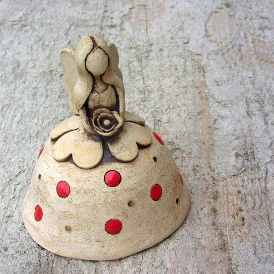 Květinová+víla+-+keramický+zvonek+Keramický+zvoneček+-+víla,+panenka+ze+světlé+hlíny,+patinovaná+oxidem+manganu,+dekorovaná+glazurou.+Postavička+je+modelovaná+z+volné+ruky+bez+použití+formy+či+hrnčířského+kruhu.+Rozměry:+Výška:+cca+12+cm+Průměr+sukénky:+11+cm+Další+víly+najdete+zde.