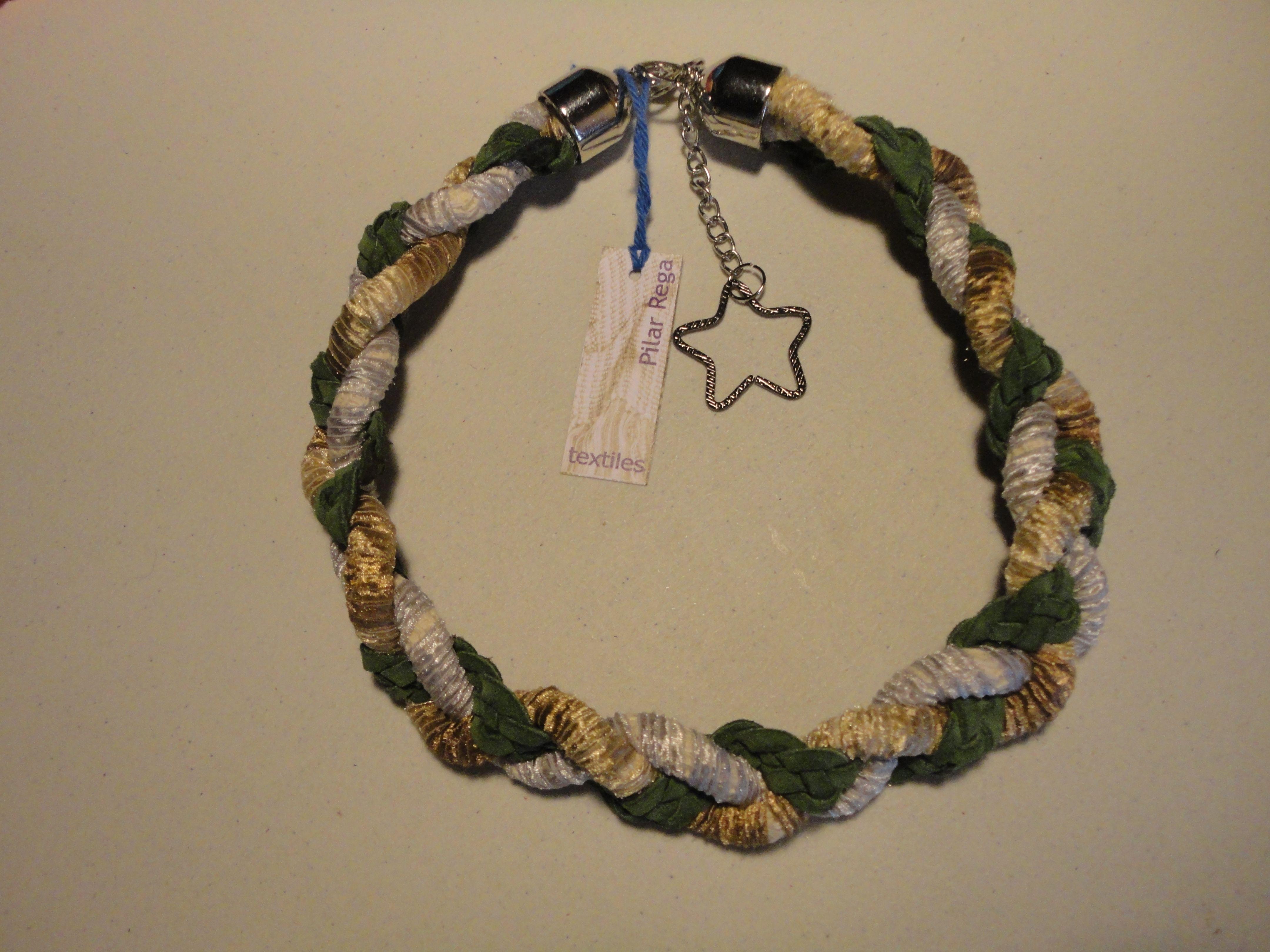 Collar trenzado combinando cordones forrados y gamuza.