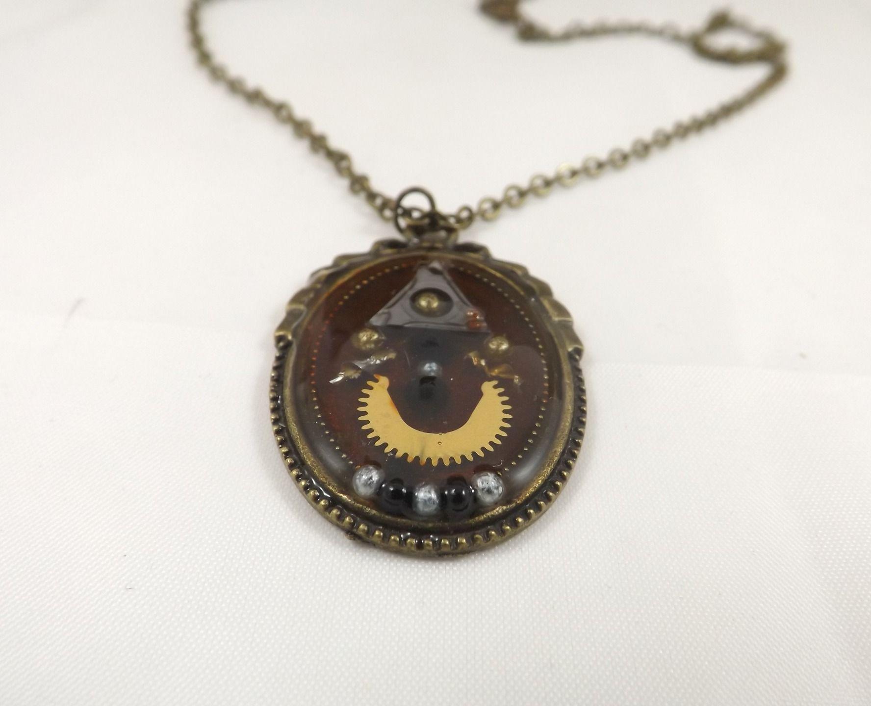 Collier ovale steampunk, le bonhomme en pièces détachées, mecanismes d horlogerie, plaquette, micro billes : Collier par long-nathalie