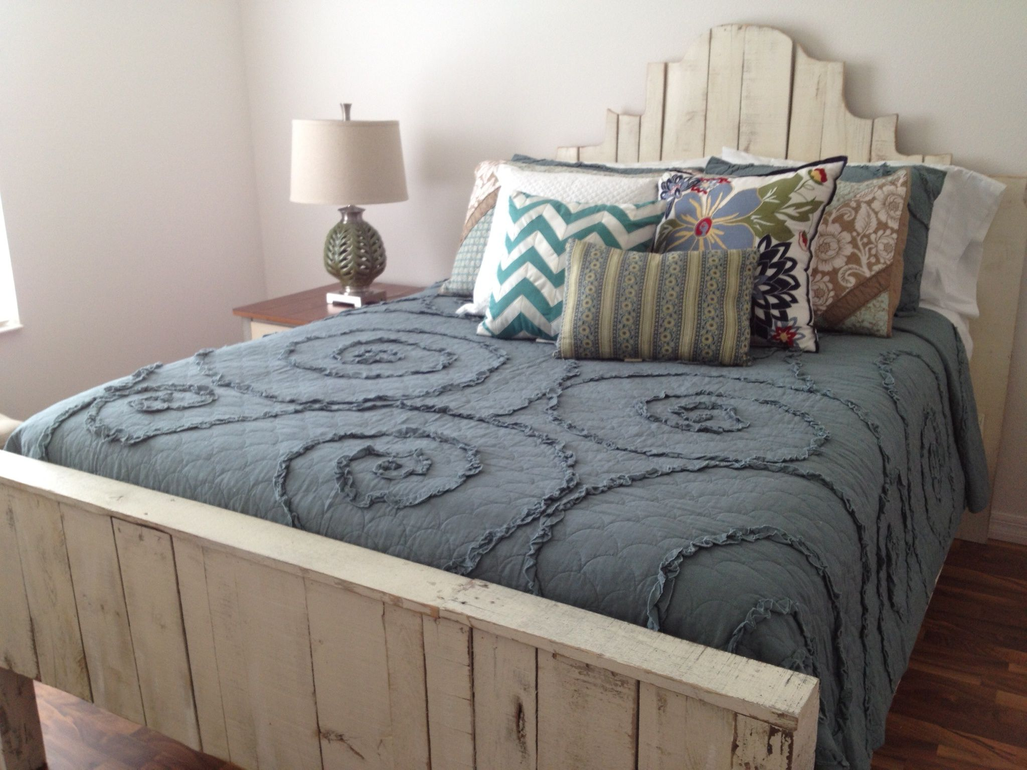 Queen Pallet Bed In Distressed White Reclaimed Pallet Furniture
