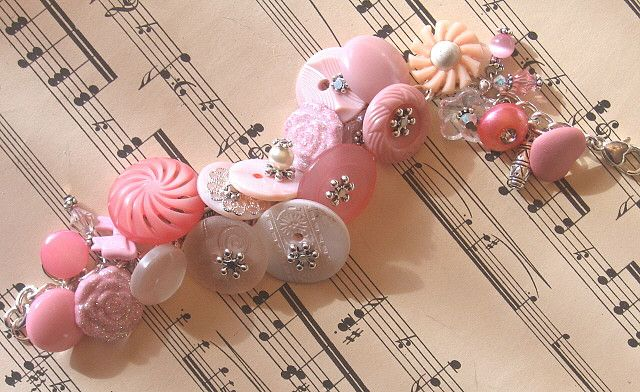 Vintage button bracelet pink