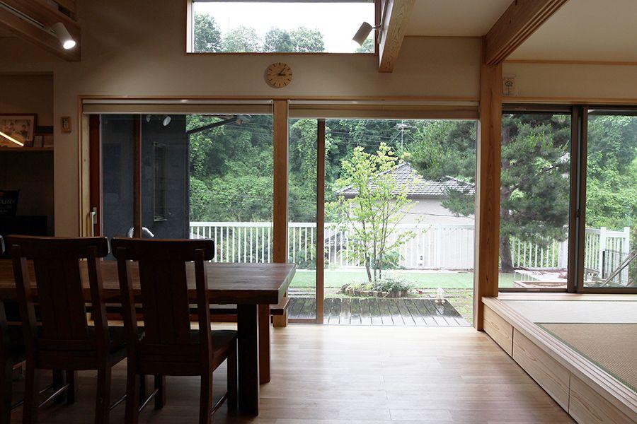 大きな窓からは広いお庭と 緑の景色が楽しめます 一戸建て 家