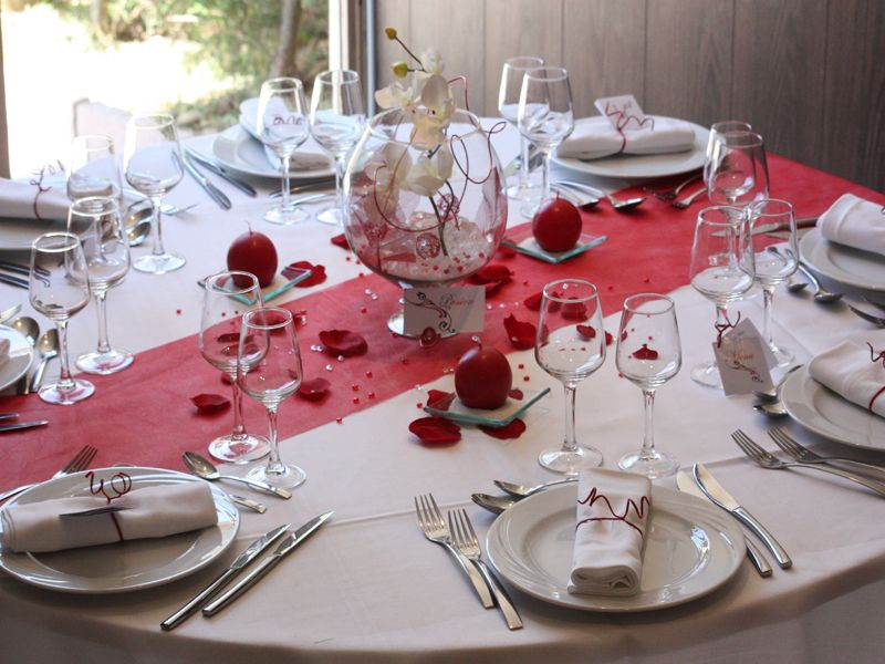 modele decoration de table mariage rouge