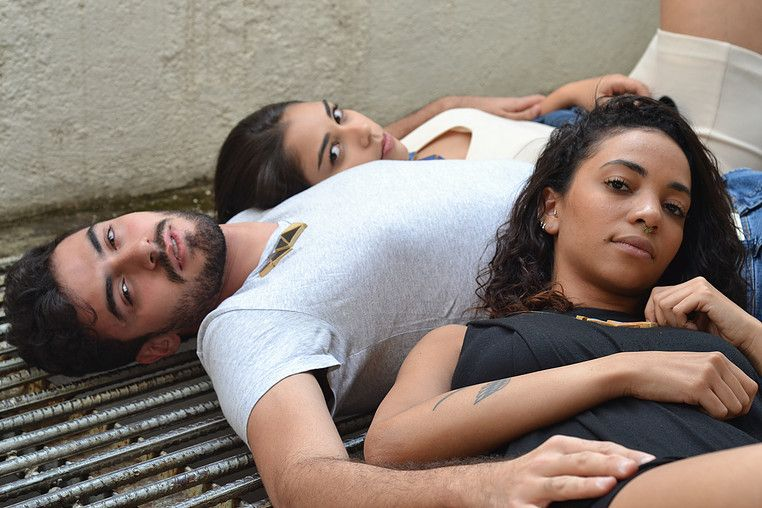 Colar Triângulos Mutáveis   Modelos: Ana Carolina Monteiro, Iuri Pires e Larissa Ohana   Fotografia: Victor Tadeu   Styling: Larissa Ohana
